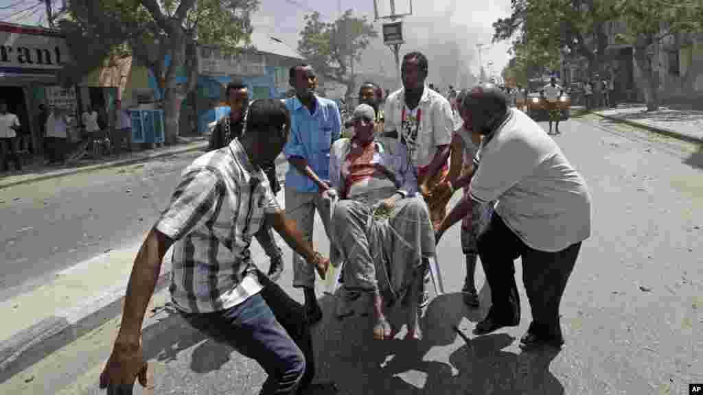 Les secours transportent un homme blessé lors de l'attentat à Mogadiscio, en Somalie, le 13 mars 2017.