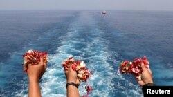 Keluarga korban menebar bunga ke laut sebagai tanda perpisahan.