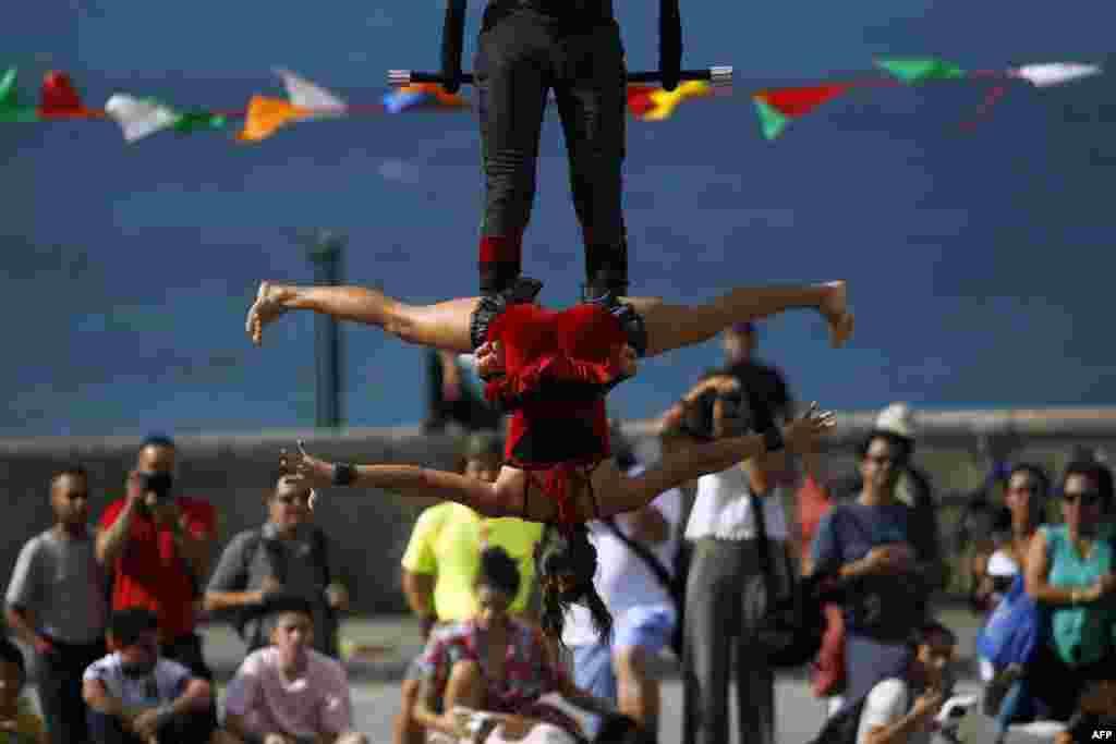 សមាជិកនៃក្រុមហ៊ុន SubCielo សម្តែងក្នុងកម្មវិធី Puerto Rico Circo Fest ប្រចាំឆ្នាំលើកទី៥ នៅក្នុងក្រុង San Juan ប្រទេសព័រតូរីកូ កាលពីថ្ងៃទី១០ ខែមីនា ឆ្នាំ២០១៨។