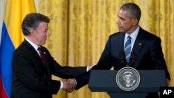 Presiden AS Barack Obama (kanan) berjabat tangan dengan Presiden Kolombia, Juan Manuel Santos usai pertemuan di Gedung, Kamis (4/2).