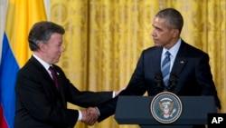 Le président Barack Obama serre la main du président colombien Juan Manuel Santos après avoir parlé lors d'une réception pour le Plan Colombie , l'effort commun pour créer un avenir plus sûr , plus prospère pour les Colombiens , dans la East Room de la Maison Blanche à Washington ,