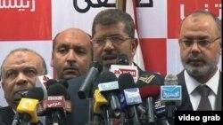 穆斯林兄弟会的总统候选人穆尔西在新闻发布会上