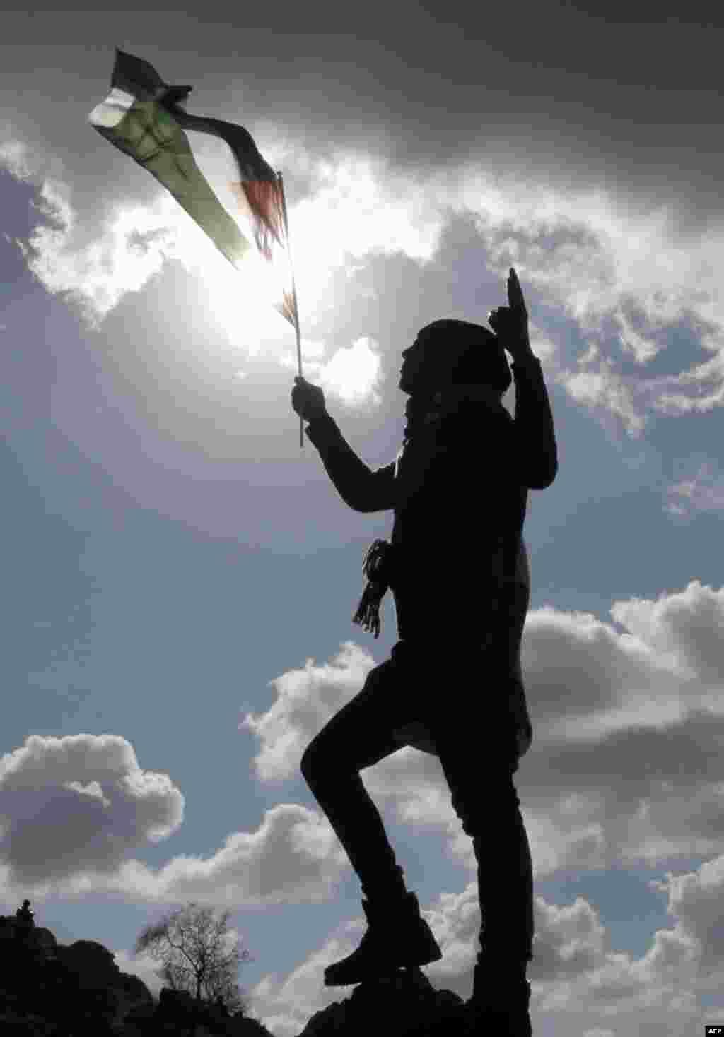 Un palestino ondea una bandera en protesta a los asentamientos judíos en el poblado de Burin, en la orilla Oeste.