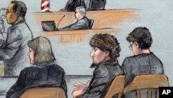 Sketsa gambar dalam persidangan tersangka Dzhokhar Tsarnaev (kedua dari kiri) di Boston, Senin (6/4).