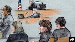 ေဘာ္စတြန္မာရသြန္ေျပးပြဲမွာ ဗံုးခြဲခဲ့တဲ့ Dzhokhar Tsarnaev (လယ္) တရား႐ံုးထုတ္စစ္ေဆးၿပီး ႏွစ္ဘက္ေလွ်ာက္လဲခ်က္ေပးစဥ္။