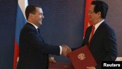 Tư liệu - Thủ tướng Nga ông Dmitry Medvedev bắt tay với người đồng cấp bên phía Việt Nam là ông Nguyễn Tấn Dũng tại Burbabai, Kazakhstan, ngày 29 tháng 05 năm 2015, sau khi Việt Nam kí thoả thuận hợp tác với khối EEU.