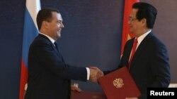 Thủ tướng Nga ông Dmitry Medvedev bắt tay với người đồng cấp bên phía Việt Nam là ông Nguyễn Tấn Dũng trong một buổi kí kết hợp tác tại Burbabai, Kazakhstan, ngày 29 tháng 05 năm 2015, sau khi Việt Nam kí thoả thuận hợp tác với khối EEU.