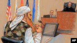 Ilustración por la artista Janet Hamlin en la que se muestra a Khalid Sheick Mohamed cuando se dirige al juez militar James Pohl, derecha.