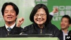 Tổng thống Thái Anh Văn mừng chiến thắng bầu cử của bà với những người ủng hộ ở Đài Bắc, Đài Loan, ngày 11 tháng 1, 2020.
