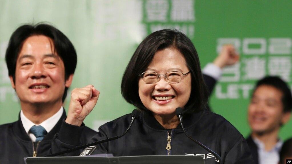 Tổng thống tái đắc cử Thái Anh Văn ăn mừng chiến thắng cuộc bầu cử Tổng thống 2020 với các cổ động viên tại Đài Bắc ngày 11/1/2020.