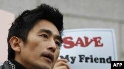 Nam diễn viên Hàn Quốc Cha In-pyo phát biểu trong một cuộc biểu tình chống chính phủ Trung Quốc bắt giữ người tị nạn Bắc Triều Tiên, gần Đại sứ quán Trung Quốc tại Seoul, ngày 21/2/2012