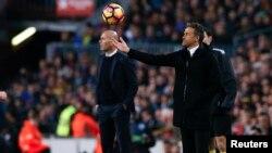 """L'entraîneur du Real Madrid Zinedine Zidane et l'entraîneur de Barcelone Luis Enrique lors du """"Clasico Barcelone-Real Madrid, au stade Nou Camp, Barcelone, 3 décembre 2016."""