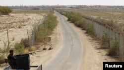 Seorang polisi Irak tengah mengarahkan senapan mesinnya di dekat perbatasan Irak-Suriah di perlintasan Abu Kamal-qaim, di pos perbatasan utama antara Irak dan Suriah (Foto: dok). Kelompok al-Qaida telah mengklaim tanggungjawab atas terbunuhnya 48 tentara Suriah dan sembilan penjaga keamanan Irak di Irak barat, minggu lalu.