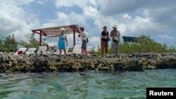 Para turis AS di kolam laut alami di Rawa Zapata, Kuba selatan. (Foto: Dok)