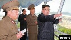 Chủ tịch Kim tới thị sát một công trường xây dựng.