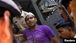 مجرم قرار دیا جانے والا ایک شخص پولیس کی تحویل میں