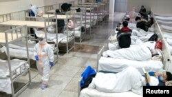 Медработники оказывают помощь инфицированным коронавирусом в Ухане