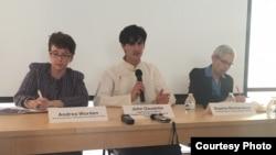 來自國際聲援西藏運動(ICT)的安德莉亞·沃爾登(左)和人權觀察組織的蘇菲·理查森(右)在位於華盛頓的ICT辦公室探討西藏政治犯受酷刑虐待問題。