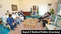 عمران خان سے ملاقات کے دوران چیئرمین پی سی بی احسان مانی بھی شریک ہو یے۔