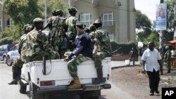 콩고 동부 중심 도시 고마를 점령한 M23 반군단체. 26일 고마 시의 중앙 은행 주변을 순찰하고 있다.