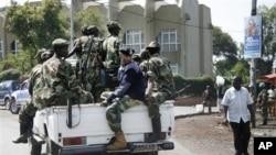 26일 고마시를 장악한 후, 시내 은행 주변을 순찰하는 M23 반군.