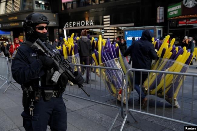 纽约市警察局反恐特警队队员在曼哈顿的新年庆祝活动前在时报广场巡逻警卫。(2017年12月29日)