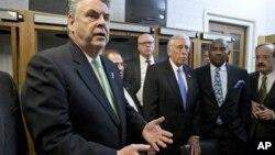 El representante por Nueva York, Peter King, muestra su enojo al enterarse que la ayuda a las víctimas de Sandy no sería tratada por la Cámara de Representantes.