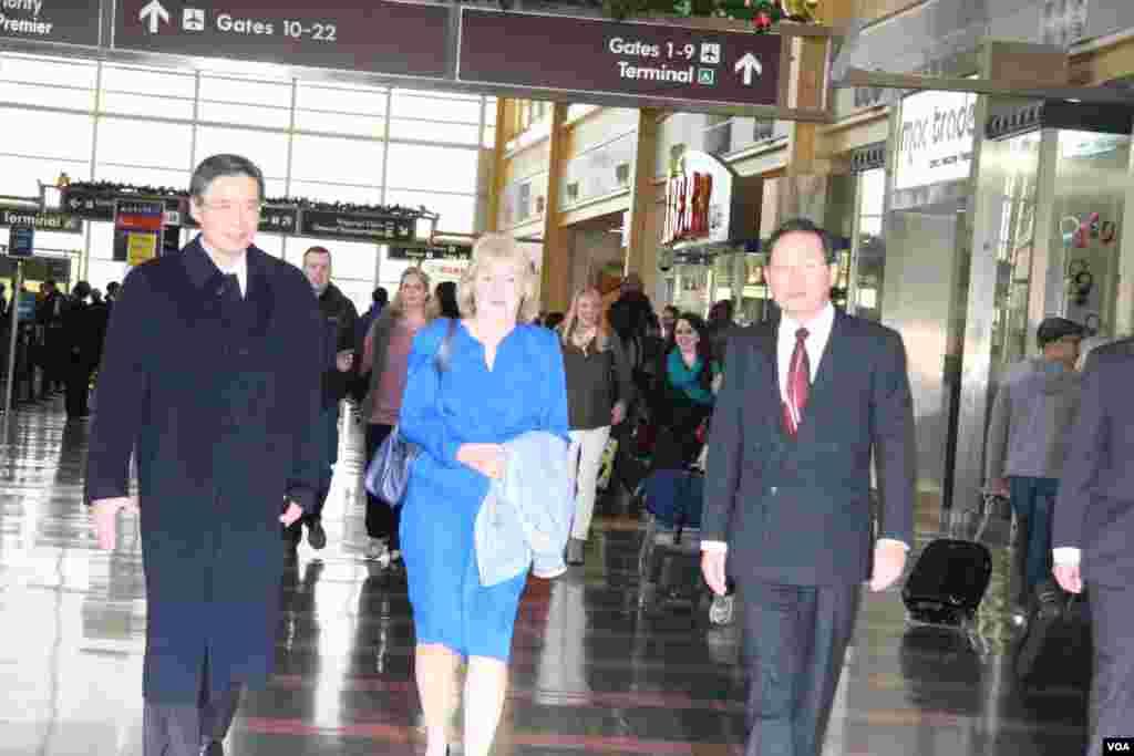 美國在台協會執行理事施藍旗(穿藍套裝者)歡迎新任台灣駐美代表金溥聰(左 1)(美國之音鍾辰芳拍攝)