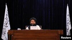 자비훌라 무자히드 탈레반 대변인이 7일 아프가니스탄 수도 카불에서 기자회견하고 있다.