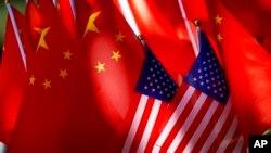 美國對總值2000億美元中國產品以及中國對600億美元美國產品星期二凌晨(中國時間星期二中午)生效。圖為中美國旗。
