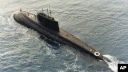 一艘伊朗购买的俄罗斯制造的基洛级柴电潜艇1996年12月23号的那个星期在地中海中央被一艘支援船(未在图中)拖行。