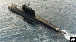 一艘伊朗購買的俄羅斯製造的基洛級柴電潛艇1996年12月23號的那個星期在地中海中央被一艘支援船(未在圖中)拖行。