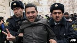Nisan ayında Arap Baharı'nı örnek alarak Bakü'de gösteri düzenlediği için tutuklanan muhalefet üyelerinden 13'üne hapis cezaları verildi