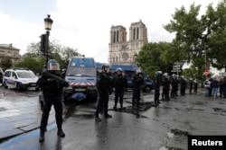 ប៉ូលិសបារាំងឈរនៅកន្លែងដែលប៉ូលិសបានបាញ់ជនល្មើសនៅក្បែរព្រះវិហារកាតូលិក Notre Dame Cathedral នៅក្នុងទីក្រុងប៉ារីសនៅថ្ងៃទី ០៦ ខែមិថុនា ឆ្នាំ២០១៧។