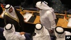Diplomáticos árabes conversan durante la reunión de países No Alineados, en Teherán, Irán, el domingo 26 de agosto de 2012.