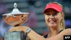 ARHIVA - Marija Šarapova sa trofejem pobednika turnira u Rimu 2012. godine (Foto: AFP/Andreas Solaro)