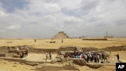 Para arkeolog dan wartawan berkumpul di sebuah lokasi bersejarah di selatan Kairo, Mesir (foto: ilustrasi).