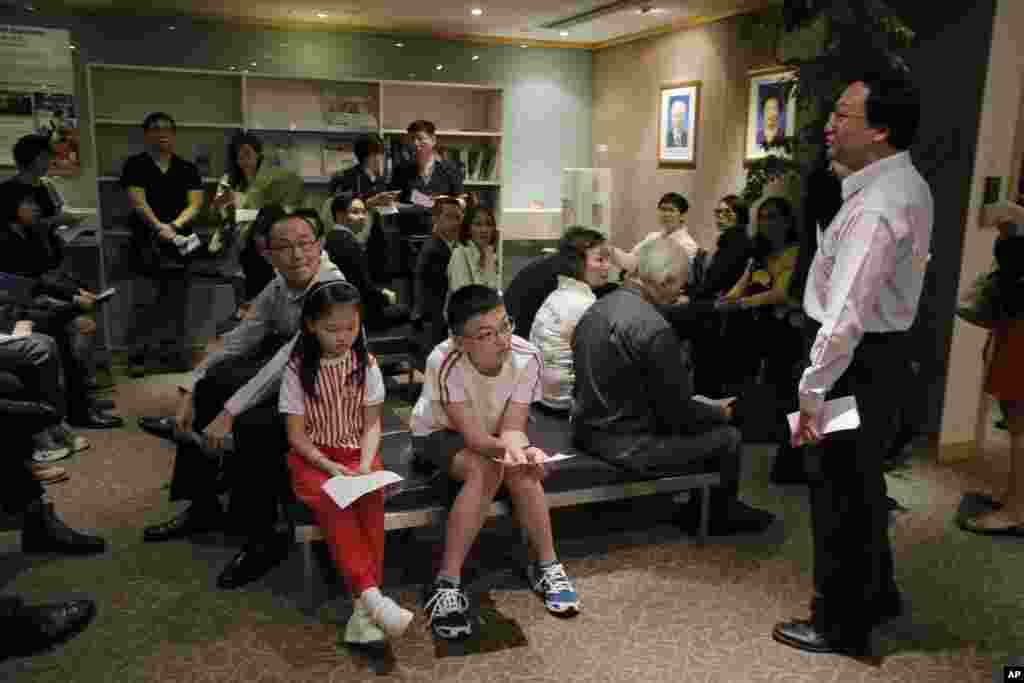 Mourners gather at the consulate-general to pay respects to late Singapore founder Lee Kuan Yew in Hong Kong, March 23, 2015.