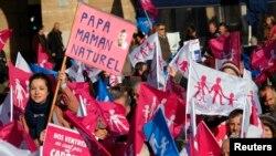 Marsilya'da eşcinsel evlilik yasasını protesto eden göstericiler