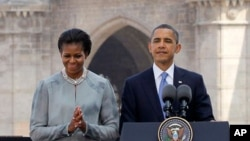 奧巴馬與夫人米歇爾﹐在參觀孟買泰姬-馬哈爾酒店恐怖襲擊紀念館後發表聲明。