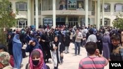 روز یکشنبه (۱۳ جوزا) روند توزیع کارت شمولیت در امتحان کانکور در ولایت بلخ آغاز گردید.