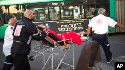 Petugas medis Israel mengevakuasi seorang perempuan yang menjadi korban serangan penikaman di Rishon Lezion, Israel, Senin (2/11).