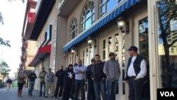 Se esperaba que la jornada electoral dominicana en Nueva York se iniciará temprano pero demoró y generó quejas por parte de los votantes. [Foto: Celia Mendoza, VOA-NY].