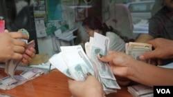 هغه نهادونه چې پېسې حواله کوي بايد د افغانستان بانک جواز ولري