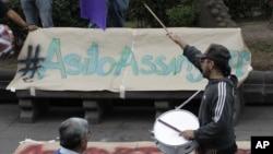 Manifestación en Quito a favor del asilo para Julian Assange.