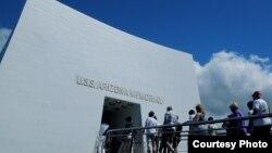 Rất nhiều du khách Nhật đến thăm Đài Tưởng niệm U.S.S. Arizona.