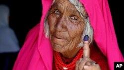 آرشیف: یک زن افغان با انگشت رنگ شده اش در روز انتخابات