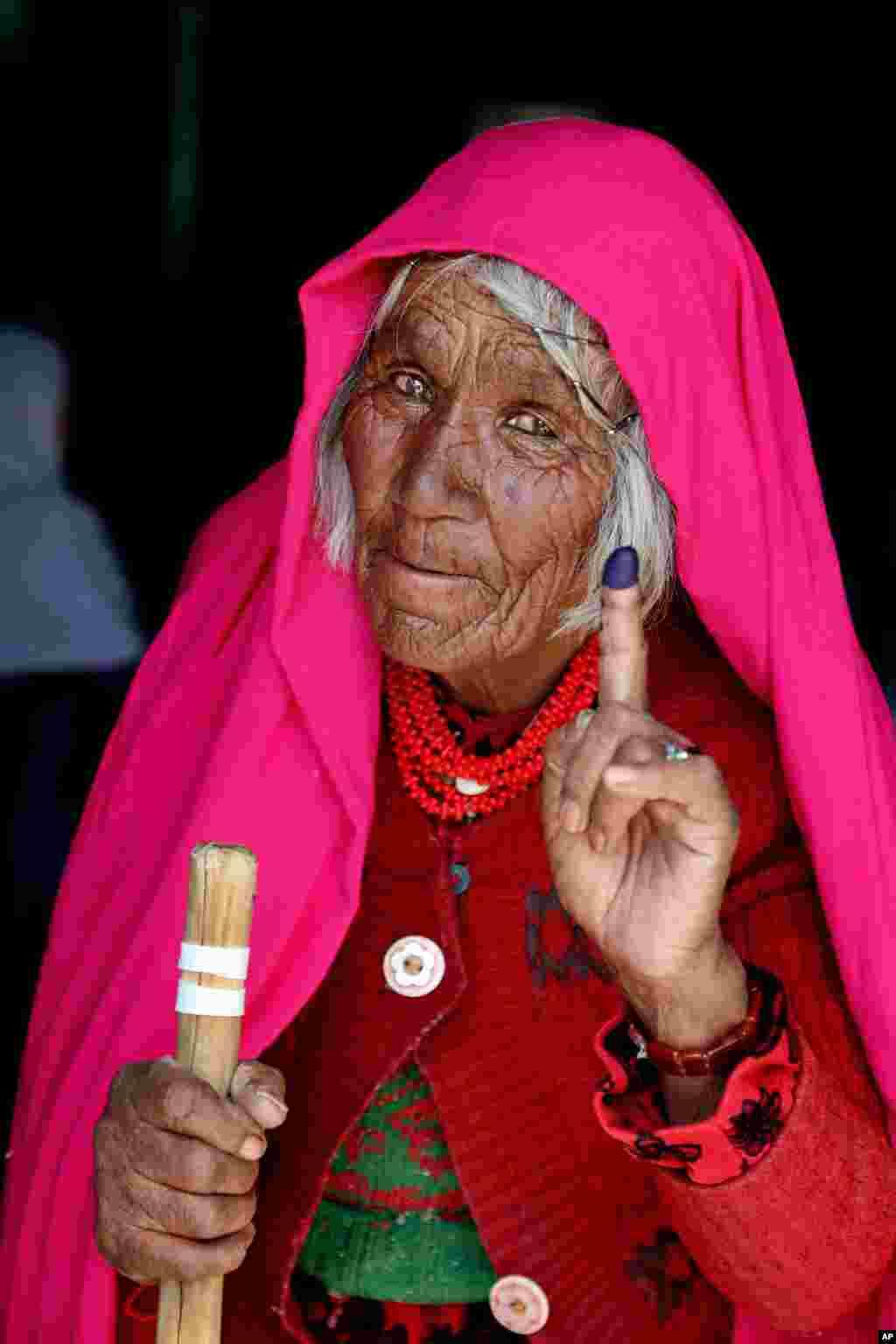 یک زن سالخورده در دور دوم انتخابات ریاست جمهوری افغانستان شرکت کرده است