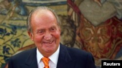 Raja Spanyol Juan Carlos dalam sebuah audiensi di Istana Zarzuela Palace di luar Madrid.