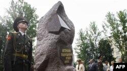 Памятник военнослужащим, принимавшим участие в испытаниях ядерного оружия и ликвидации ядерных аварий. Санкт-Петербург. Россия (архивное фото)